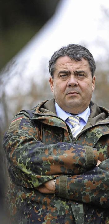 Sigmar Gabriel besucht die  Infanterieschule Hammelburg.   | Foto: DPA