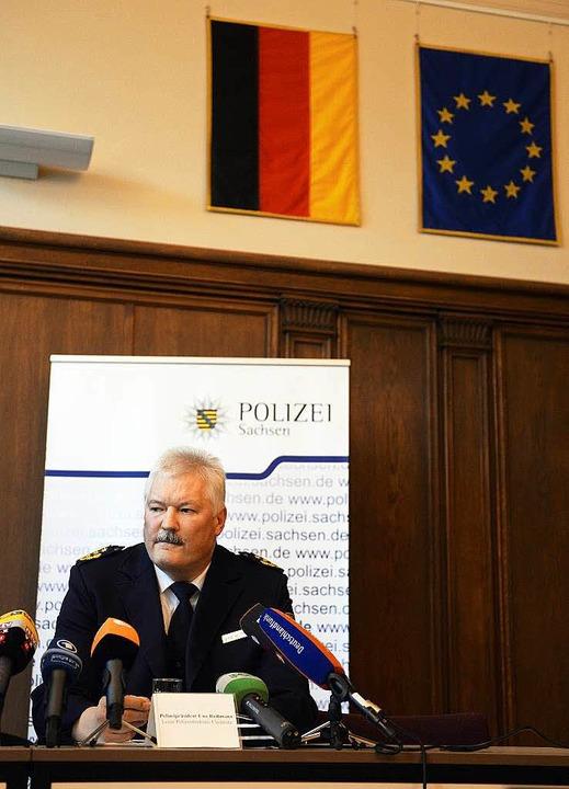 Der Leiter der Polizeidirektion Chemni...er Flüchtlingsunterkunft in Clausnitz.  | Foto: dpa