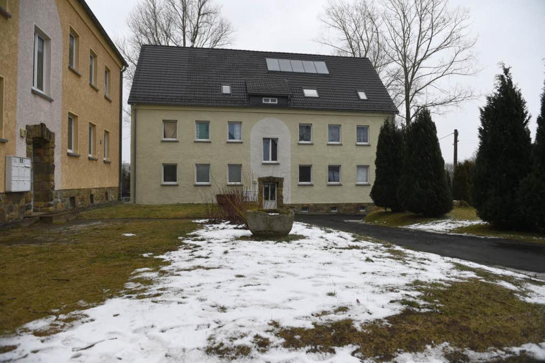 Mehrfamilienhäuser in Clausnitz, ein O...in dem Flüchtlinge untergebracht sind.  | Foto: dpa