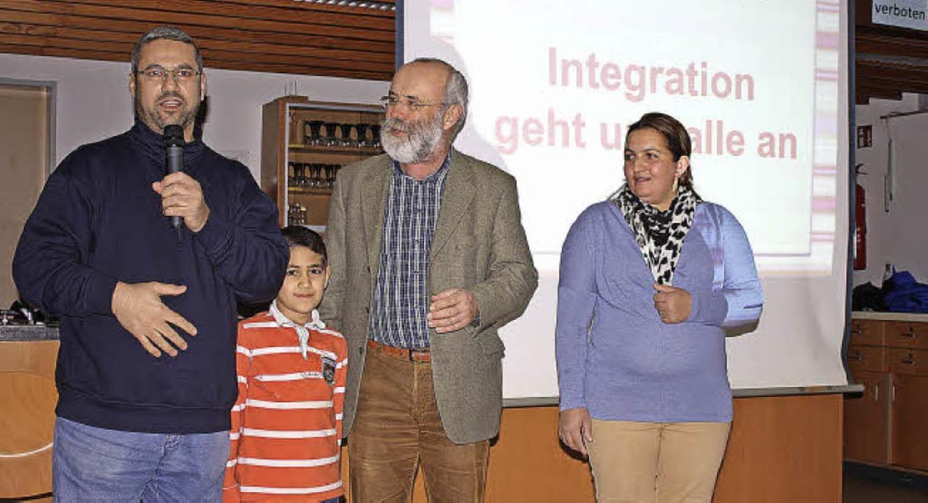 Der Syrer Abdulmajeed Sharifa (links, ...Martin Drescher moderierte den Abend.   | Foto: Barbara Schmidt
