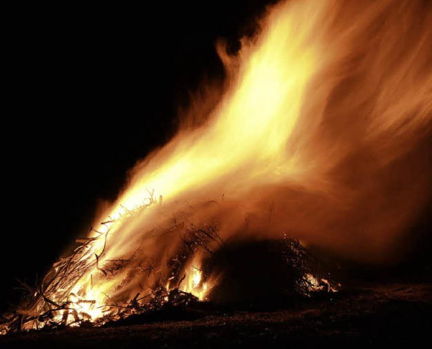 So wie  in Altweil, wurden auch in Ötl...altingen die Fasnachtsfeuer entzündet.  | Foto: SALATHE