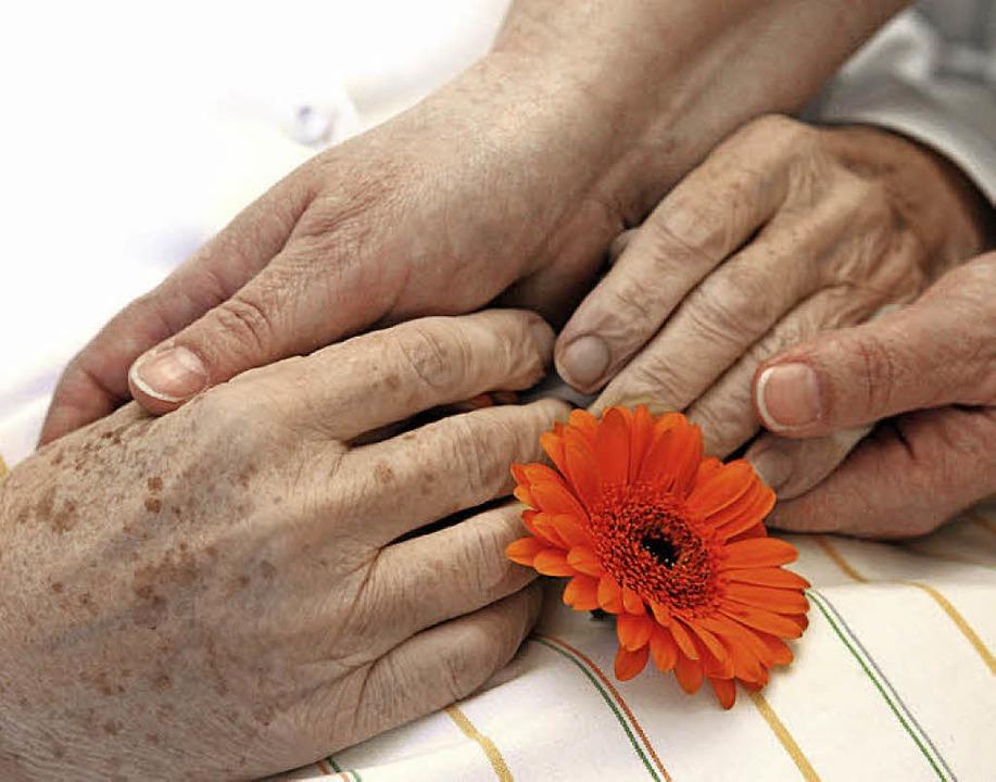 Wenn nahe Angehörige sterben, ist das ...nschnitt, den es zu verarbeiten gilt.   | Foto: Waltraud Grubitzsch/dpa