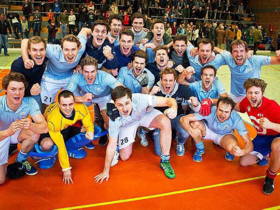 In jeden Mund passt eine Hockeykugel: ...r   feiern die Oberligameisterschaft.   | Foto: Henning Stark