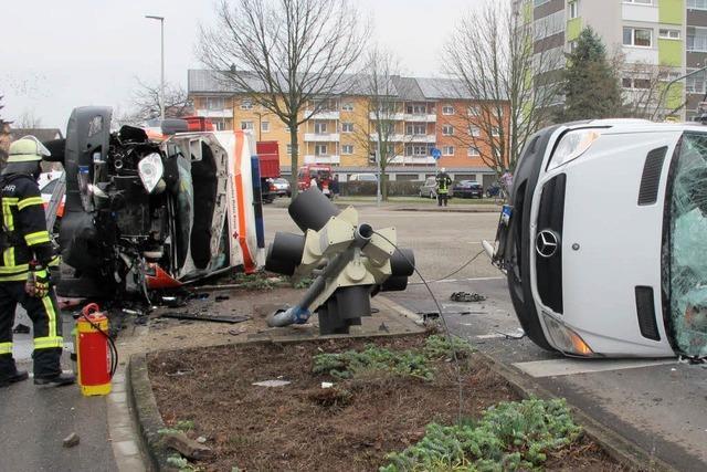 Schwere Kollision: Rettungswagen erleidet Totalschaden