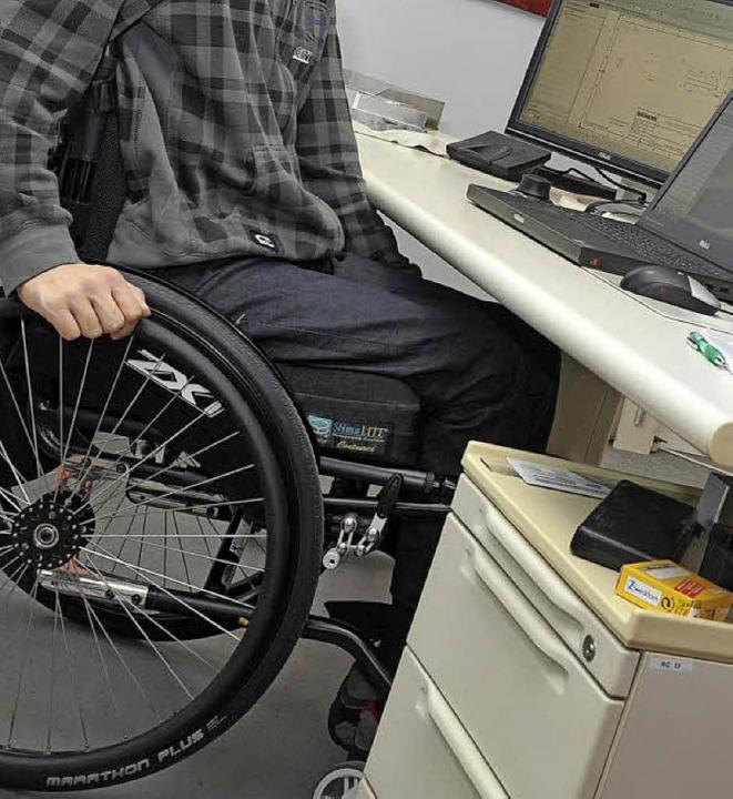im Rollstuhl am Arbeitsplatz   | Foto: dpa