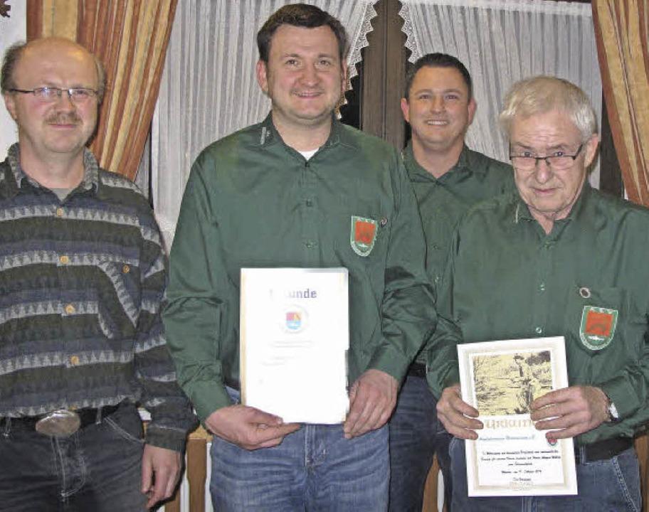 Bernd Schmidt vom Landesfischereiverba...um Ehrenmitglied  ernennen (v. links)   | Foto: Helmut Häringer