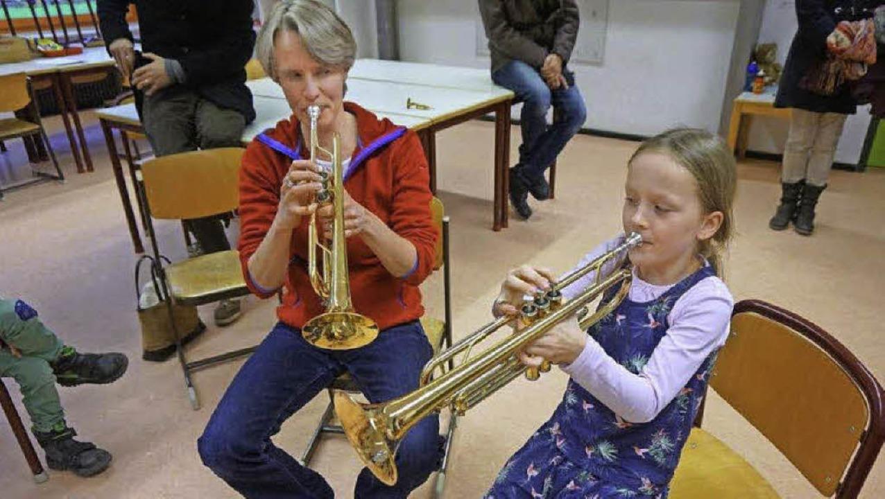 Gar nicht so einfach: In Merzhausen du...r anderem die Trompete, ausprobieren.   | Foto: Anne Freyer