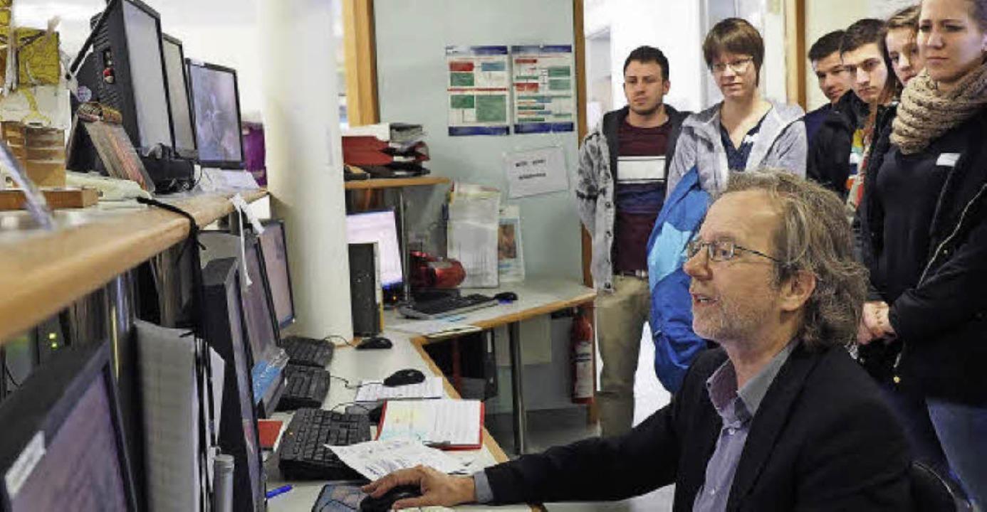 Professor Bernhard Steinhoff erklärt i...n von einem EEG aufgezeichnet werden.     Foto: Hochschule