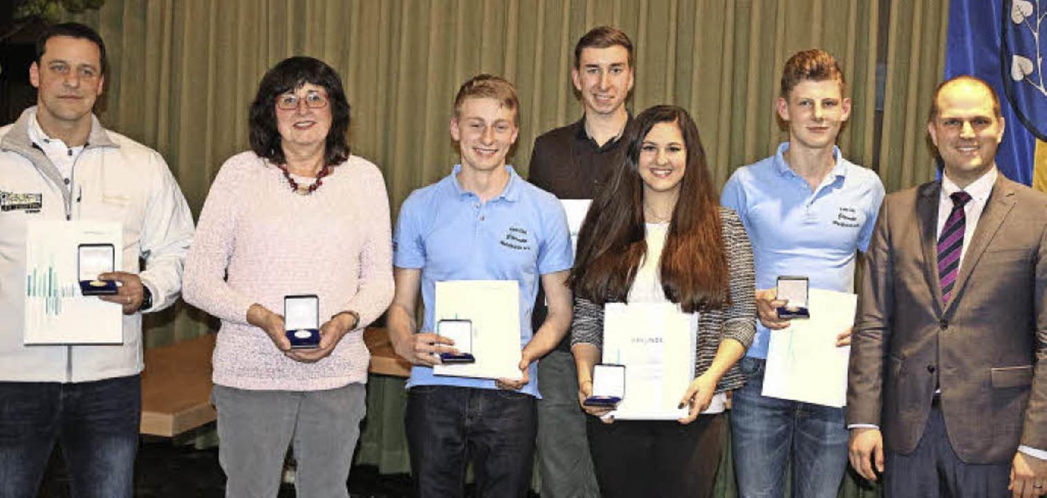 Sportler-Medaillen der Stadt erhielten...ster Roman Götzmann (r.) gratulierte.   | Foto:  Karin Heiss