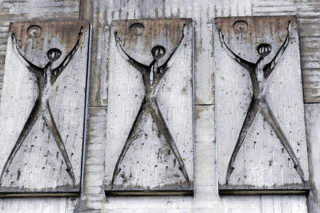 Graues Kunstwerk auf grauer Fassade