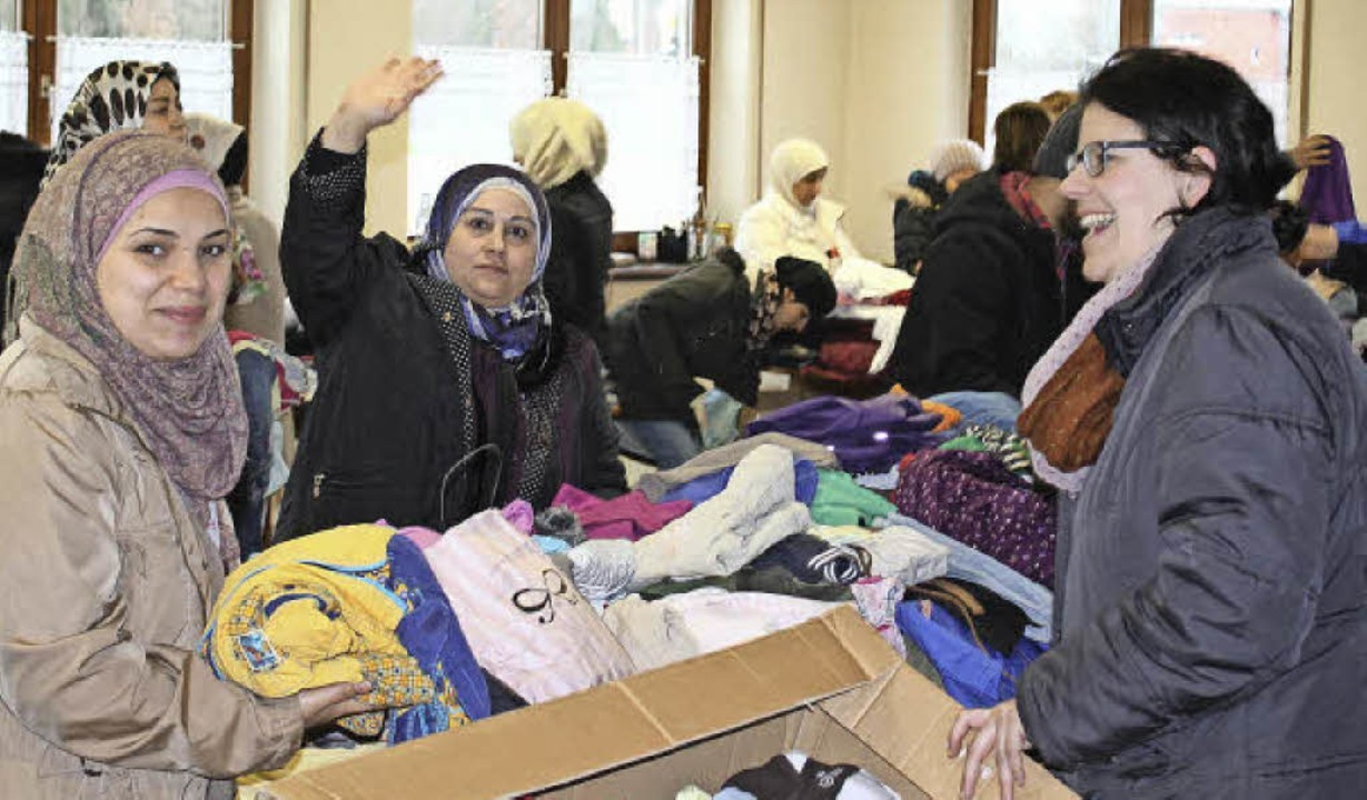 Kleider gibt's in Hülle und Füll...pf vom Netzwerk Flüchtlinge (rechts).   | Foto: Hans Spengler