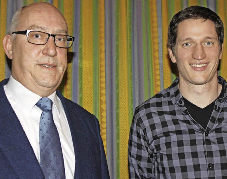 Vorsitzender Roland Krones (links) und...tzt auf das Jahreskonzert am 9. April.  | Foto: Martha Weishaar