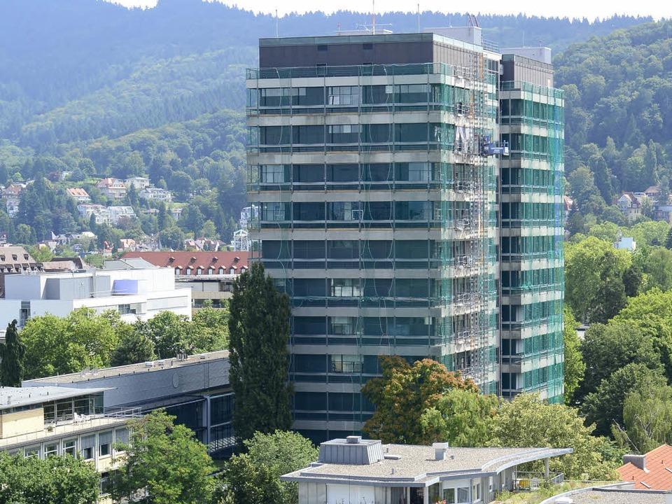 Eingerüstet: das Chemiehochhaus der Uni Freiburg im Sommer 2014 (Archivbild).  | Foto: Ingo Schneider