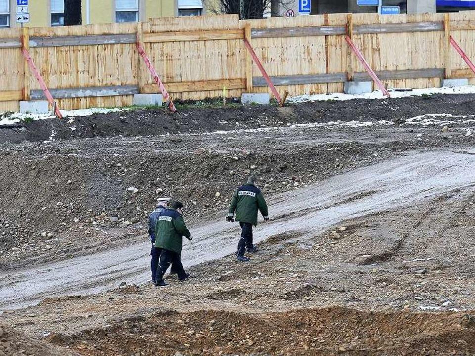 Polizeibeamten auf der Baustelle, auf ...erein Breisgau das Unicarré errichtet.  | Foto: Ingo Schneider