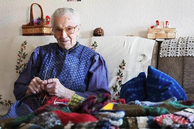 Die Seniorin Maria Wehrle strickt Socken für Flüchtlinge