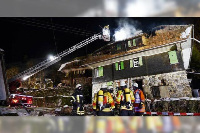 Ein Mann stirbt im brennenden Haus