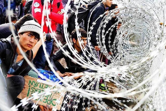 Flüchtlinge stürmen mazedonische Grenze – Polizei sprüht Tränengas
