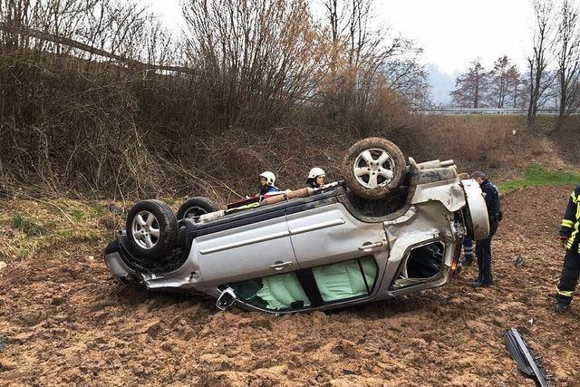 81-Jähriger kommt mit Auto von B 294 ab und wird schwer verletzt