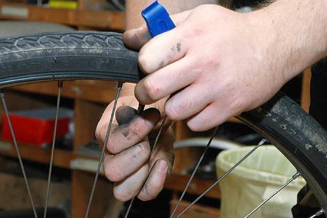 Flüchtlinge in Gundelfingen reparieren alte Fahrräder