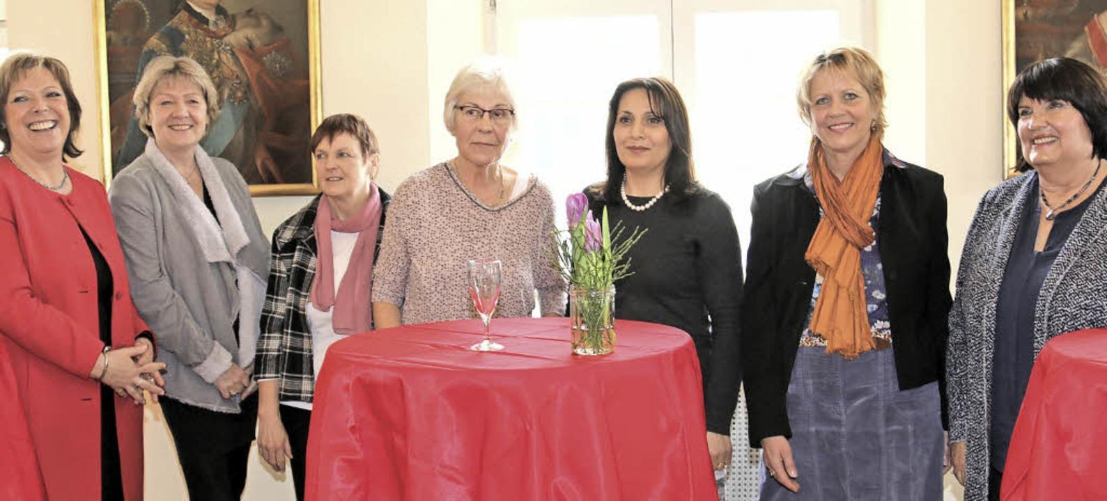 Sabine Wölfle (ganz links) und Mariann...esch (von links) nochmals ins Zentrum.  | Foto: Dagmar Barber