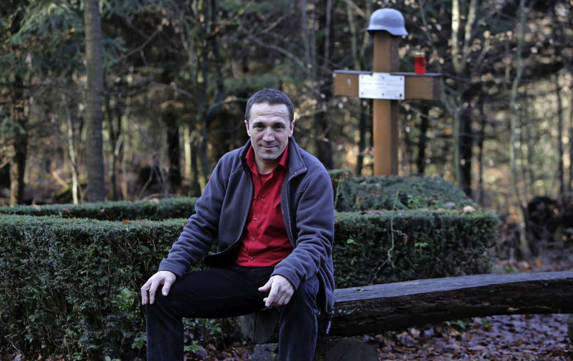 Lukas Oßwald am Soldatengrab im Heiligenzeller Wald.   | Foto: Christoph Breithaupt