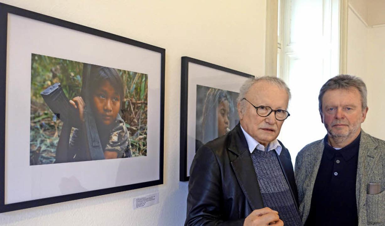 Kunstvereins-Vorsitzenden Frank van Ve...d Schultz eröffneten die Ausstellung.   | Foto: Roswitha Frey