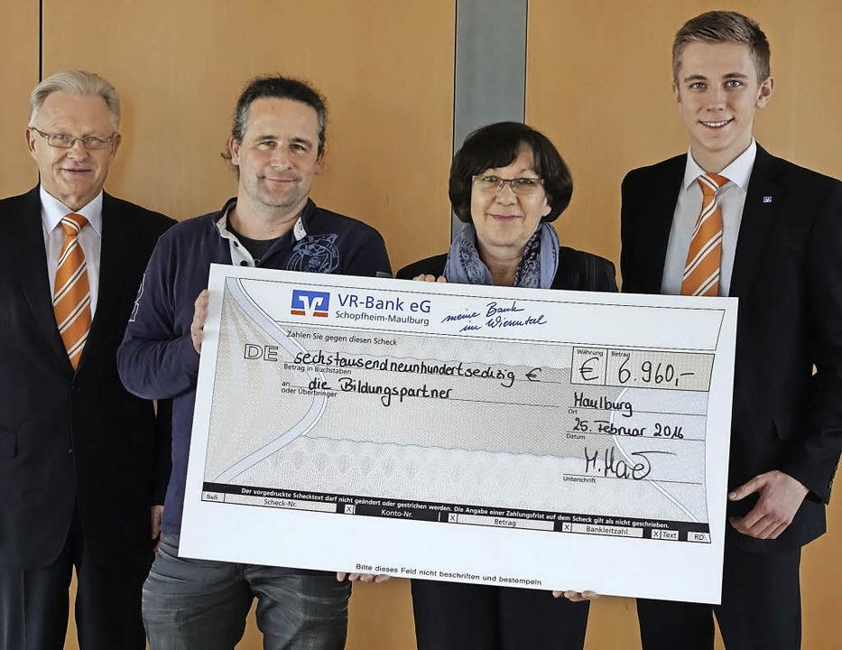 Fast 7000 Euro spendete die VR-Bank im...-Schule) und Jannik Sprich (VR-Bank).   | Foto: Hege