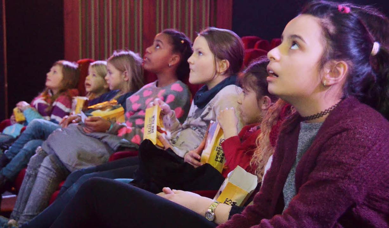 Gespannt schauen die Kinder auf die Le...aumenkino-Geschichten gezeigt wurden.   | Foto: Bury