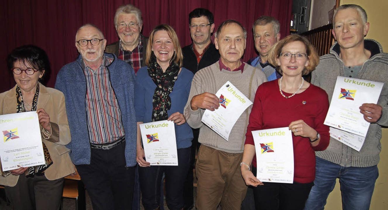 Ehrung langjähriger Mitglieder des TV ... Bühler, Daniela Ganter, Jochen Rapp.   | Foto: Poppen