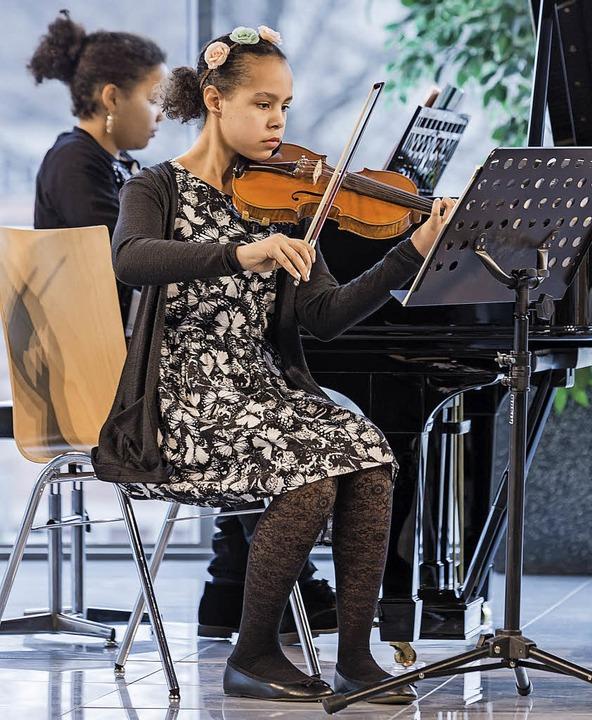 Violine Sophia Dike (Klavier) und  Jam...em Bild Michelle Laitenberger (Cello)   | Foto: F. Ünver