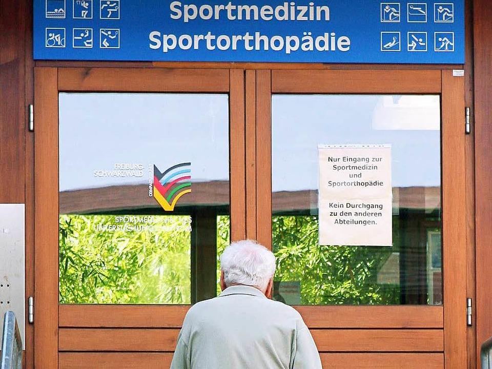 Eingang zur universitären Sportmedizin an der Hugstetter Straße in Freiburg  | Foto: Rolf Haid