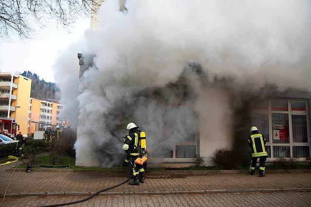 Dichter Rauch aus dem Keller unter der Sparkasse in Kollnau
