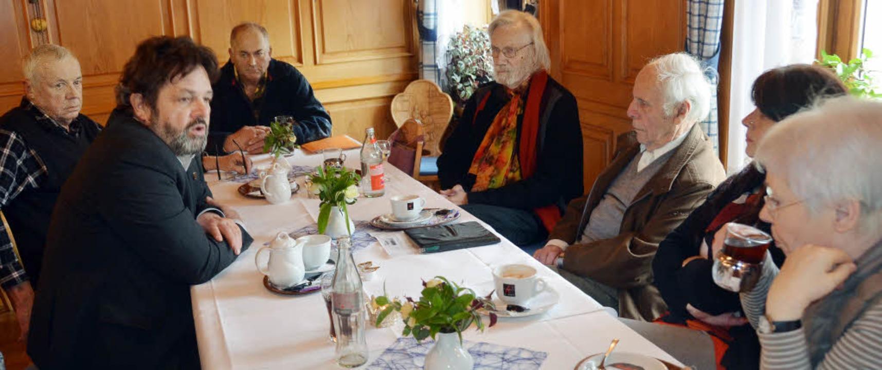 Reinhold Pix (2.v.li.) stellte sich be...ch in Bonndorf den Fragen der Bürger.     Foto: Kühnemund