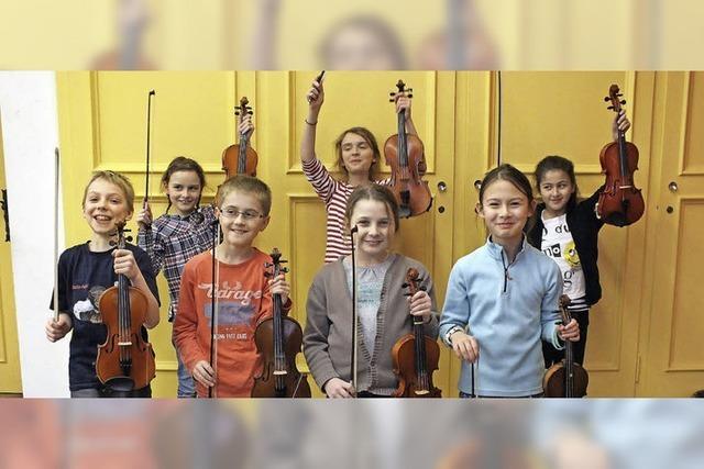 Grundschüler der Blockflöten-, Klavier-, Violin-, Cello-, Fagott-, Klarinette-, Saxophon-, Quertflöten-, Trompeten-, Gesangsklassen und der Streicherkarawane in Waldshut-Tiengen