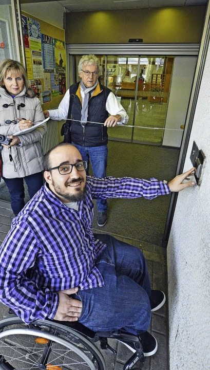 Phil Hensel testet, wie rollstuhlgeeig...nn und Gernot Wolfgang dokumentieren.   | Foto: Bamberger