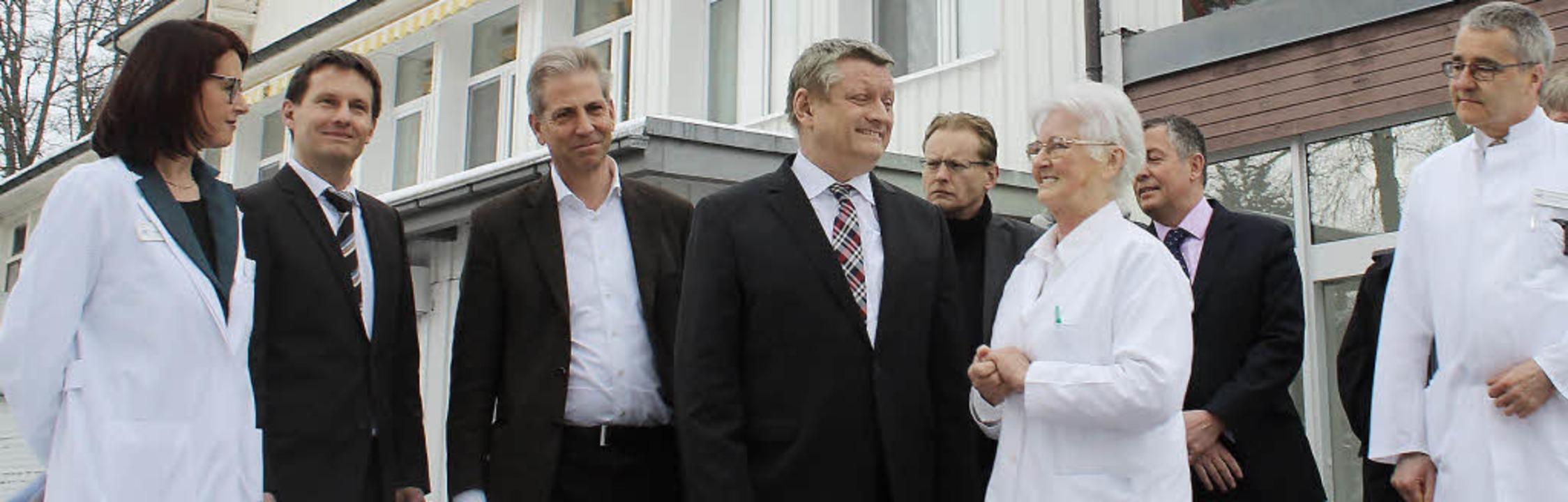 Zu Besuch bei der Földiklöinik war Bun...ste von links) führte dann Gast herum.  | Foto: Joachim Frommherz
