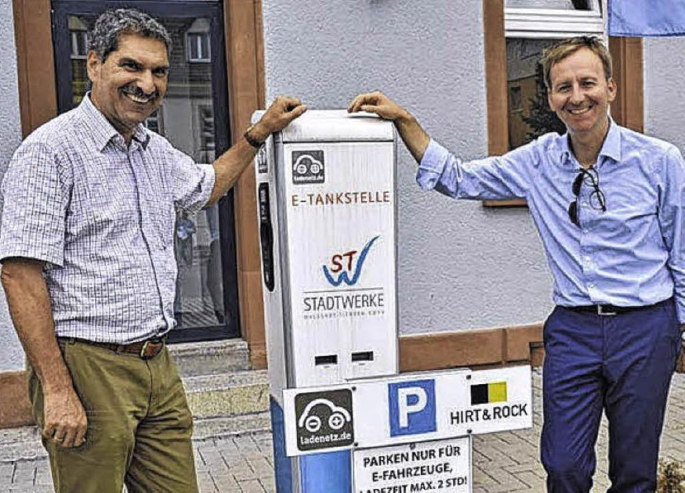Die Stadt will mehr davon: Elektro-Tan...idle (l.) und OB Philipp Frank stehen     Foto: SK