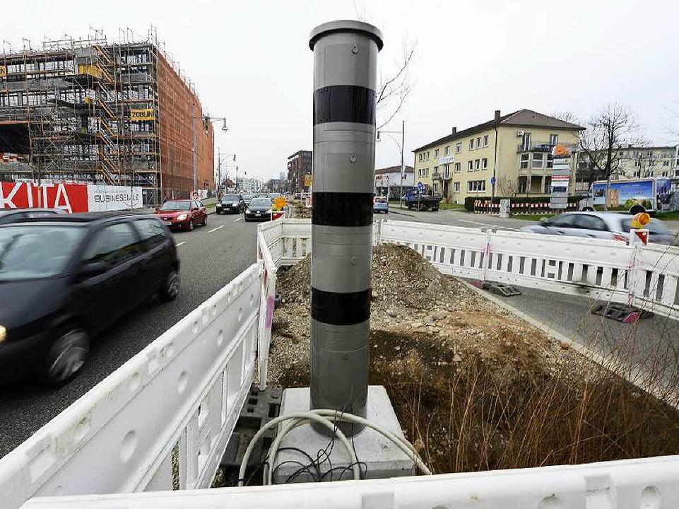 Neuer Blitzer auf dem Mittelstreifen der Heinrich-von-Stephan-Straße.  | Foto: Ingo Schneider