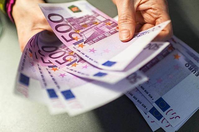 Frau findet Geldschnipsel auf einem Acker - 500er dabei