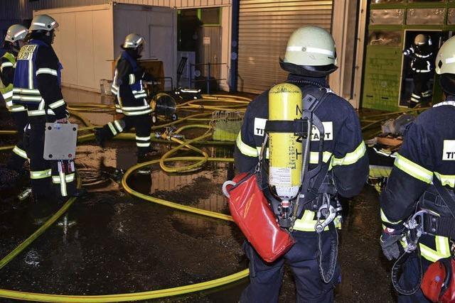 Feuer in der Firmenhalle