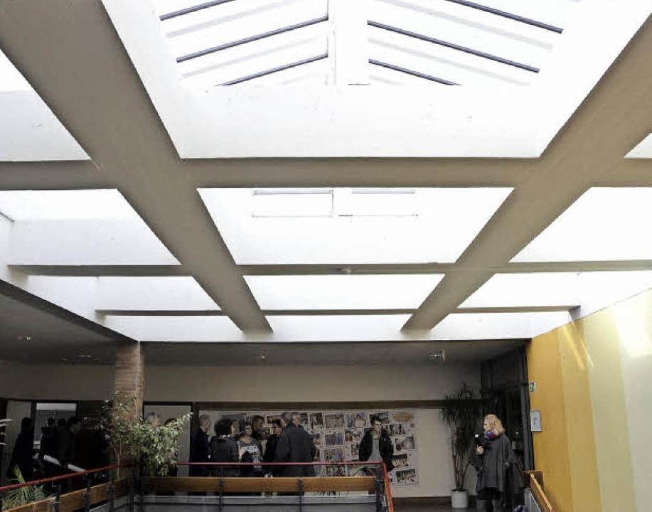 Die neue Lichtkuppel im Treppenhaus hä...nnen und Regen endlich wieder draußen.  | Foto: Ralf Burgmaier