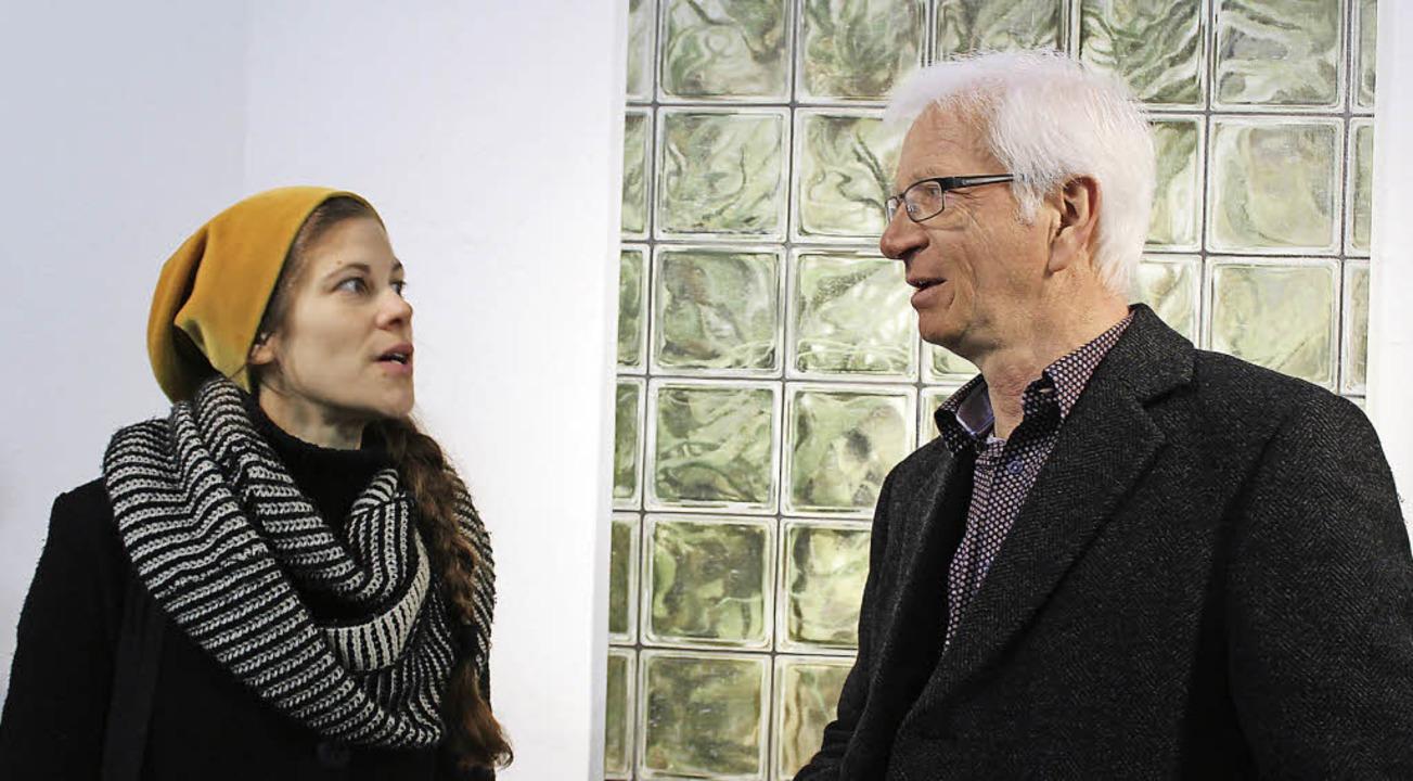 Melanie Siegel im Gespräch mit Joachim Kurz vor einem ihrer Bilder.   | Foto: Erich Krieger