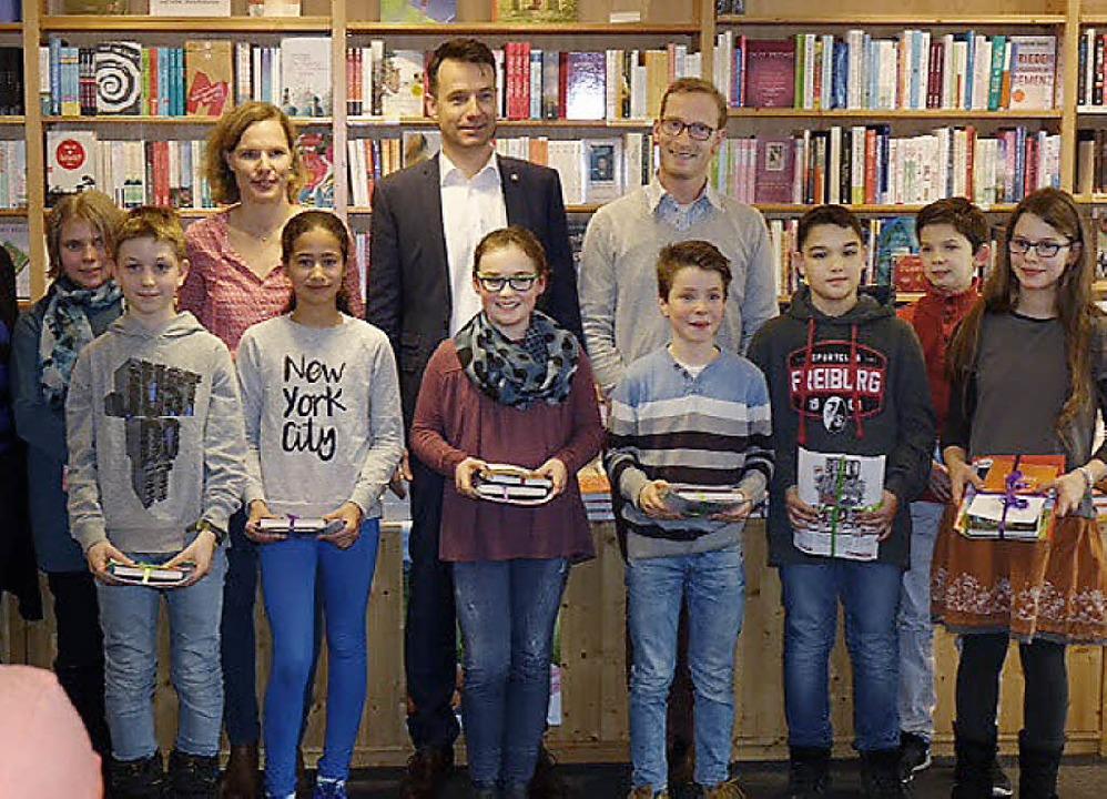Hinten die Jury, vorne die jungen Teil...en und Ella Brambeer (vordere Reihe).   | Foto: Privat