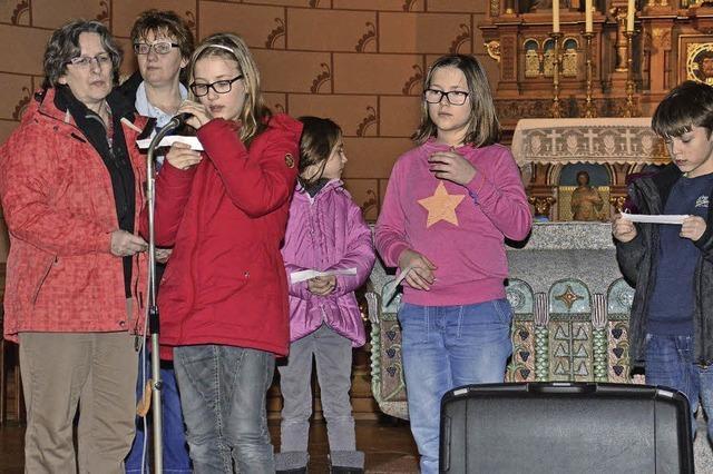 Kinder beschäftigen sich mit biblischen Geschichten