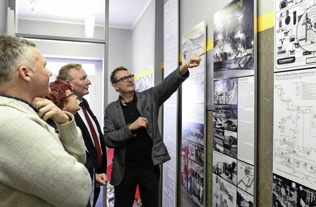 Ernst Ehemann erklärt Claus Schmiedel,... über das einstige Bergwerk in Kappel.  | Foto: I. Schneider