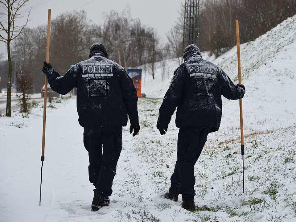Dezember 2014: Bei Schneetreiben sucht...nach Hinweisen auf Opfer und Täter ab.  | Foto: Julia Jacob