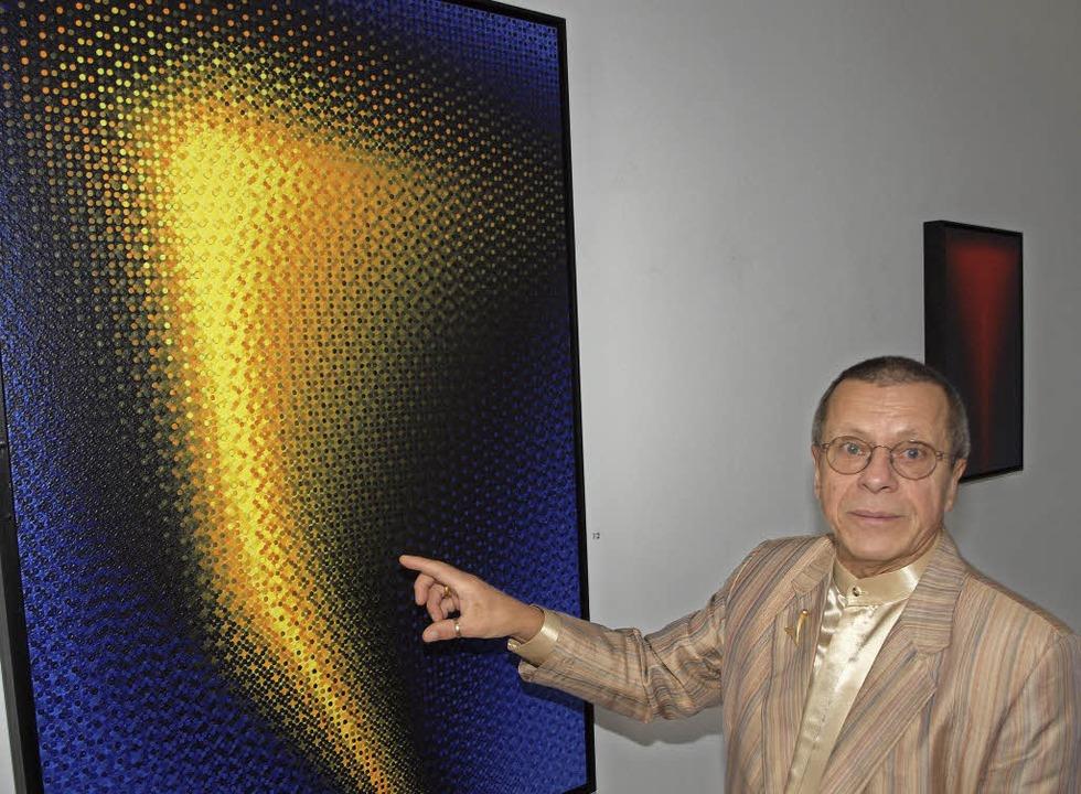 Künstler Günter Scharein vor einem seiner Werke in der Galerie M.   | Foto: Michael Haberer