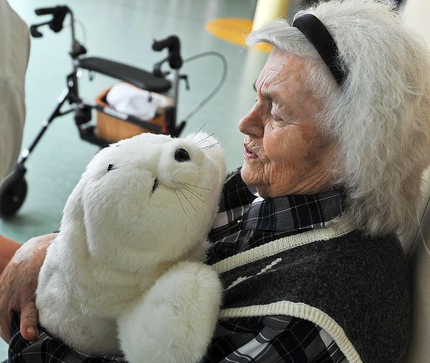 Kein Plüschtier, sondern High Tech: Di...hle von Demenz-Patienten zu erreichen.  | Foto: Deutsche Presse-Agentur