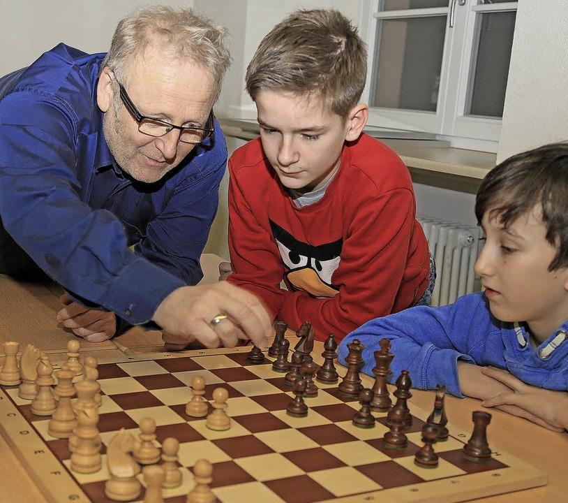 Andreas Lindenthal zeigt den jungen Schachspielern den richtigen Zug.     Foto: Sandra DecouX-Kone