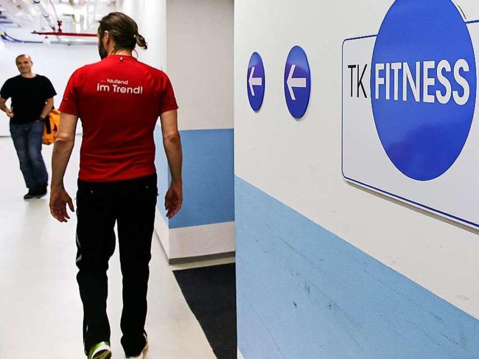 Das Angebot eines Fitnessraums reicht ...eitsmanagement sinnvoll zu etablieren.  | Foto: dpa